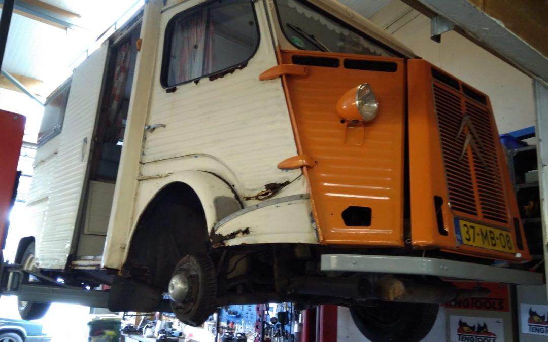 Deze Citroën HY wordt vakkundig hersteld.